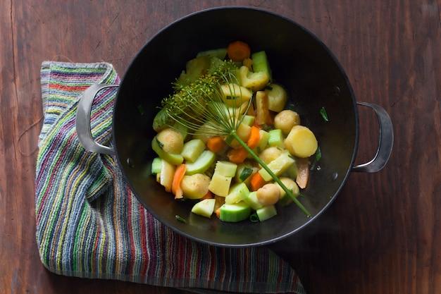 Hoogste mening van ketel met hete hutspot van seizoengebonden groenten