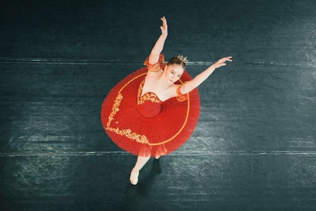 Hoogste mening van klassieke danser op het stadium