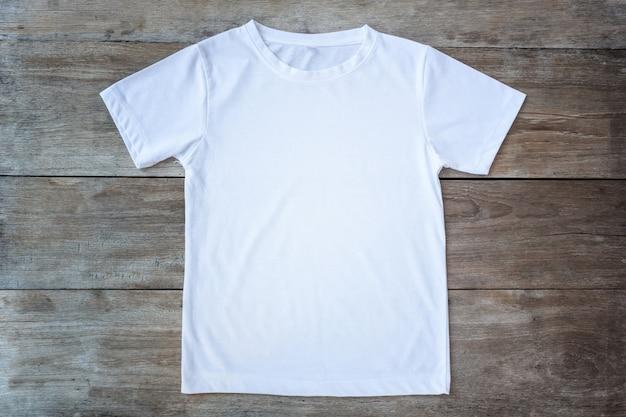 Hoogste mening van kleurent-shirt op grijze houten plankachtergrond