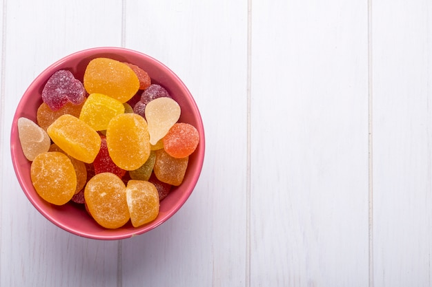 Hoogste mening van kleurrijk smakelijk marmeladesuikergoed in een kom op plattelander
