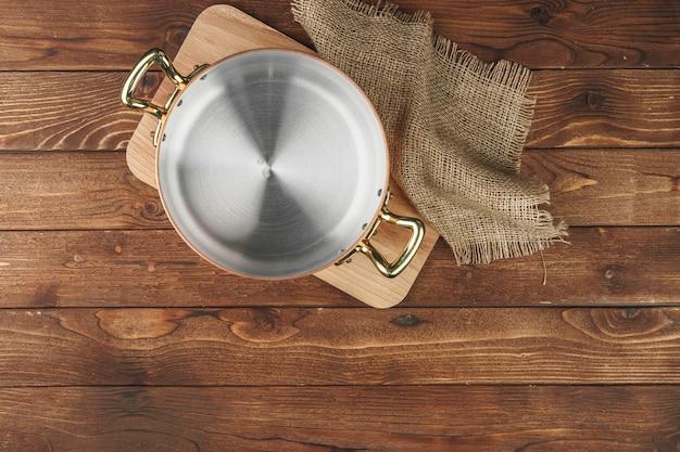 Hoogste mening van koper kokende pot op keukenlijst