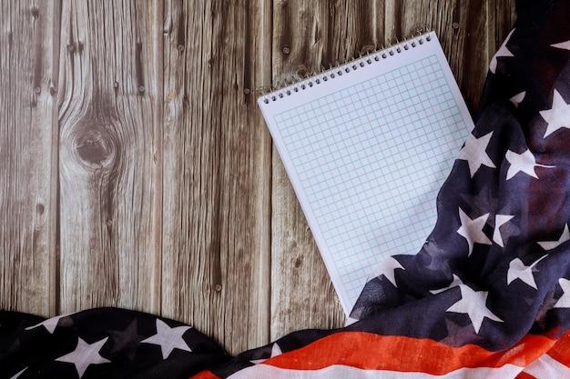 Hoogste mening van leeg notadocument met houten lijst van verstoorde amerikaanse vlagachtergrond