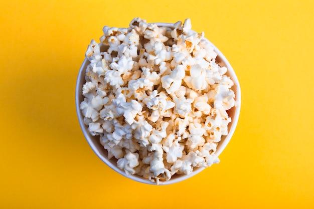 Hoogste mening van lucht smakelijke popcorn op gele achtergrond
