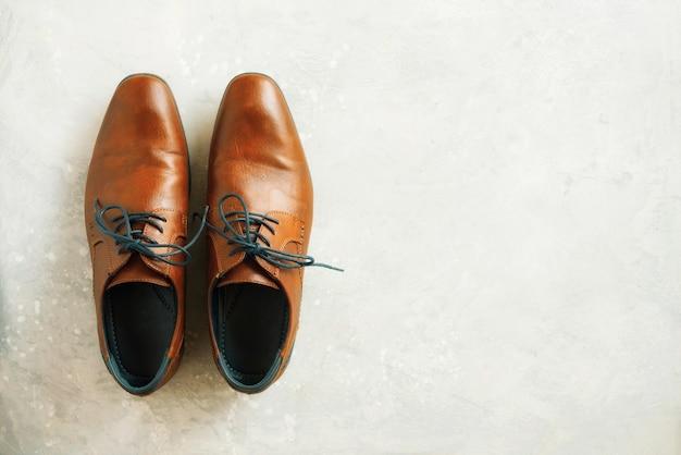 Hoogste mening van manier mannelijke schoenen op grijze achtergrond. verkoop- en winkelconcept.