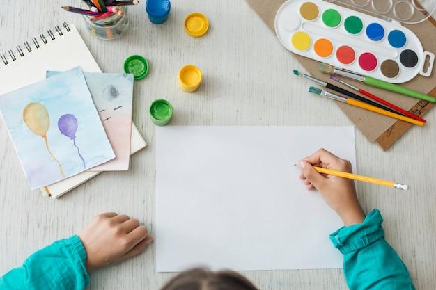 Hoogste mening van meisje het schilderen met waterverf
