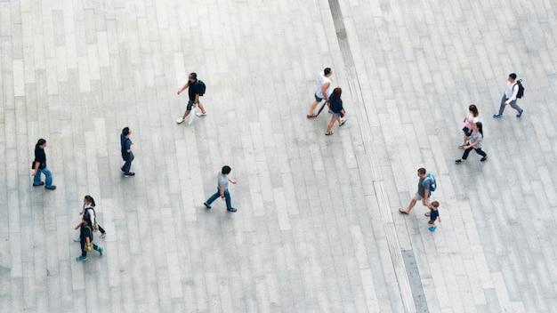 Hoogste mening van mensengang op bedrijfs voetstraat in stad