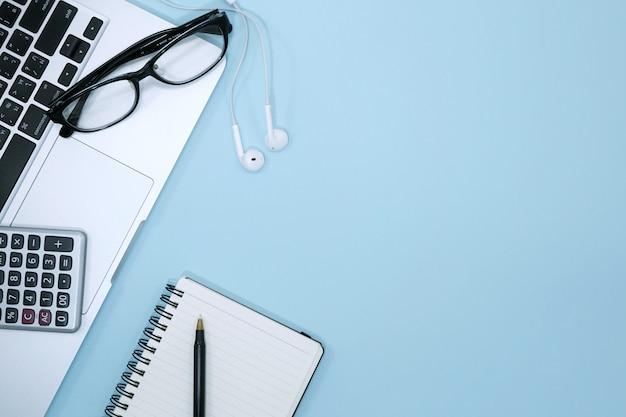 Hoogste mening van moderne blauwe bureaulijst