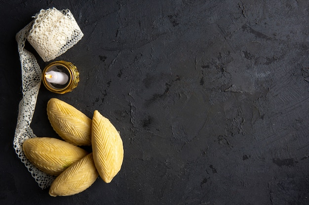 Hoogste mening van nationale het dessertshekerbura van azerbeidzjan met kaars en kant op zwarte