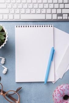 Hoogste mening van notitieboekje op bureau met glazen