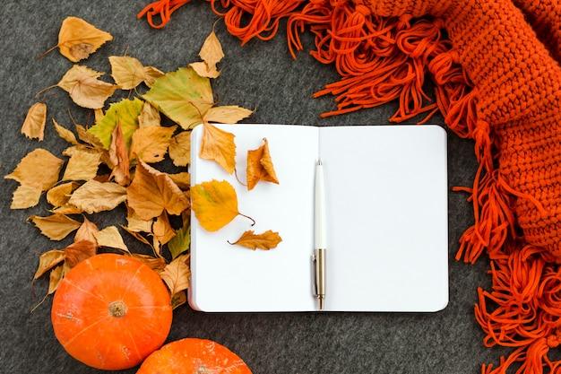Hoogste mening van open notitieboekje met de herfstpersoneel. inspiratie concept.