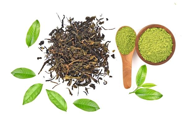 Hoogste mening van poeder groene thee en groen die theeblad op witte achtergrond wordt geïsoleerd