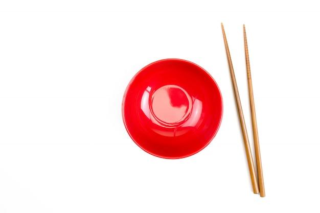 Hoogste mening van rode kom met houten geïsoleerde eetstokjes