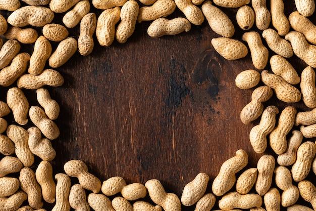 Hoogste mening van ruwe pinda's in shell, textuur op houten.