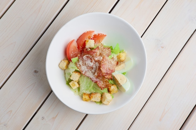 Hoogste mening van salade met geroosterd bacon, crackers, ei, tomaat en kaas