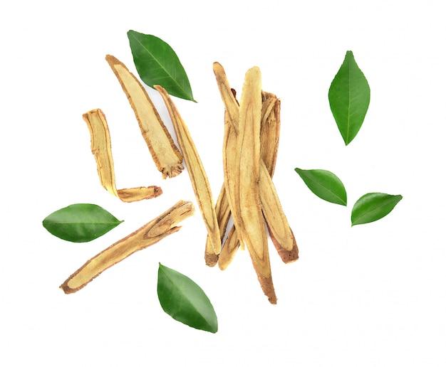 Hoogste mening van slice-zoethoutwortels op witte achtergrond