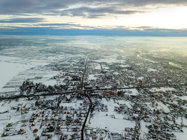Hoogste mening van stadsvoorsteden of kleine stads aardige huizen op de winterochtend op bewolkte hemelachtergrond. luchtfoto drone.