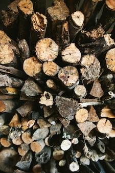 Hoogste mening van stapel van droge en gebrande houten brandlogboeken voor brandkamp in het akha-dorp van maejantai op de heuvel in chiang mai, thailand.