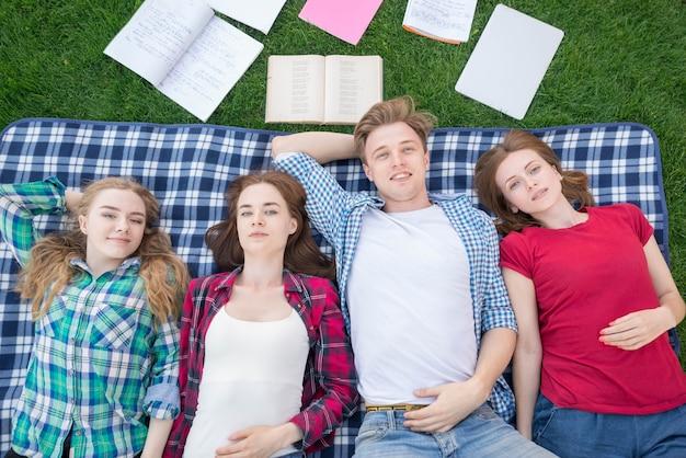 Hoogste mening van studenten die op picknickdeken liggen