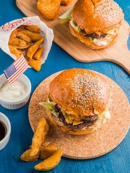 Hoogste mening van twee amerikaanse hamburgers