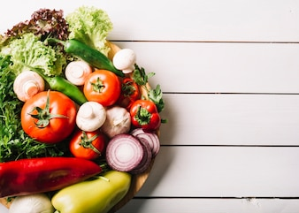 Hoogste mening van verse groenten op houten oppervlakte