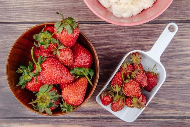 Hoogste mening van verse rijpe aardbeien in een houten kom op plattelander