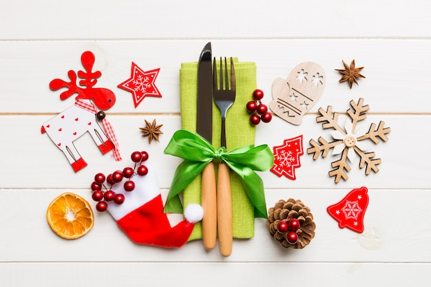 Hoogste mening van vork en mes op servet op houten, verschillende kerstmisdecoratie en speelgoed, het concept van het nieuwjaardiner
