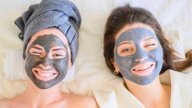 Hoogste mening van vrouwen die thuis met gezichtsmaskers ontspannen