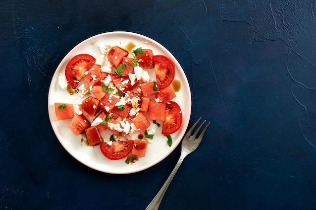 Hoogste mening van watermeloensalade op blauwe achtergrond