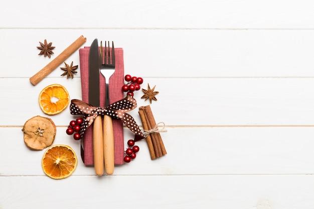 Hoogste mening van werktuigen op feestelijk servet op hout