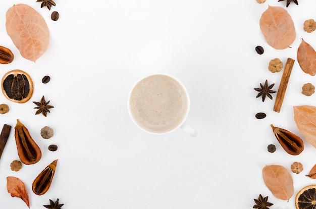 Hoogste menings de herfstbladeren met koffie
