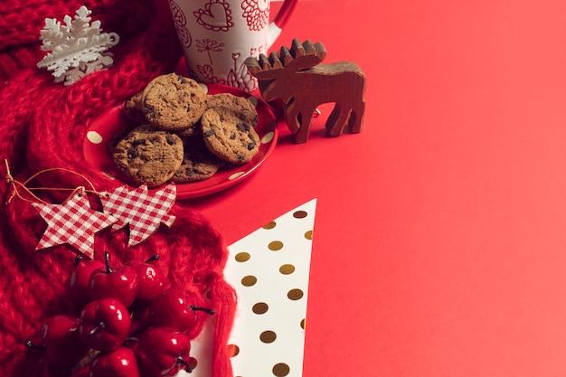 Hoogste menings hete koffie met het dessertsnoepje van koekjeskoekjes en seizoengroet van vrolijk kerstmisconcept