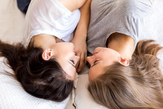 Hoogste menings jong paar die elkaar bekijken