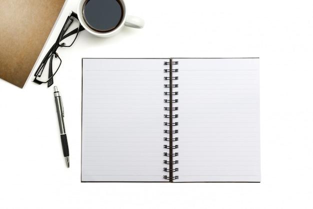 Hoogste menings leeg notitieboekje, pen en pakpapier op wit bureau