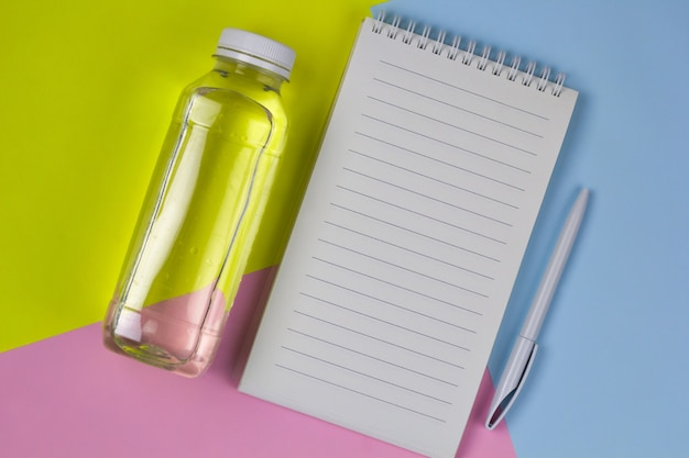 Hoogste menings leeg wit blad, water, pen heldere achtergrond