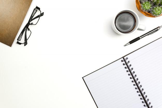 Hoogste menings lege notitieboekje, pen en glazen op witte bureauachtergrond