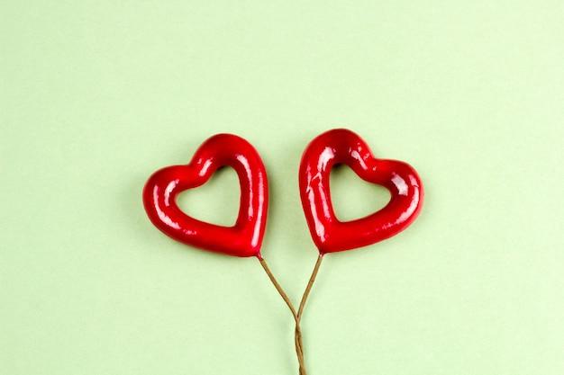 Hoogste menings rood hart op een groene achtergrond