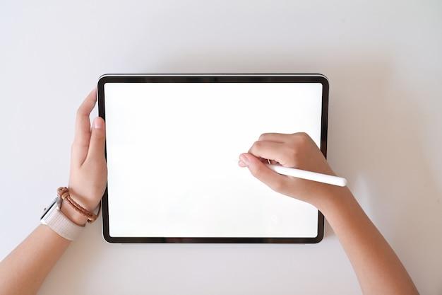 Hoogste menings vrouwelijke hand die digitale tekeningstablet gebruiken