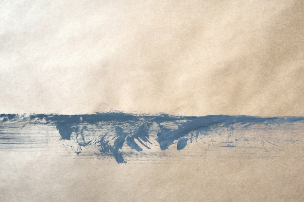 Hoogste meningsachtergrond van grijze verf op kraftpapier-document met dalingen