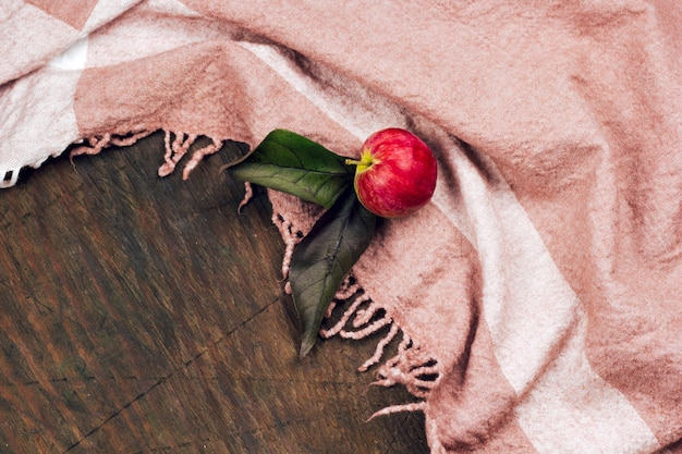 Hoogste meningsappel op een houten lijst met tafelkleed