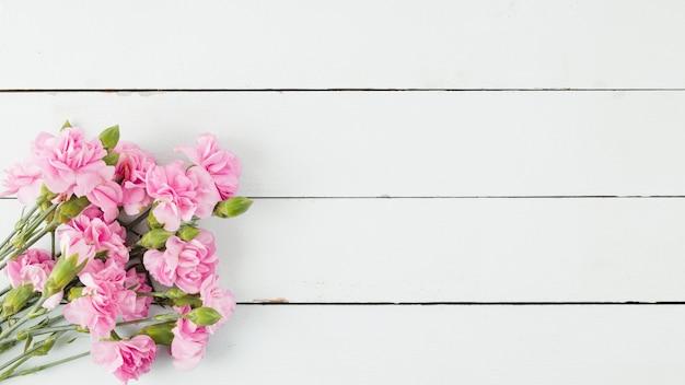Hoogste meningsbloemen op houten achtergrond met exemplaarruimte