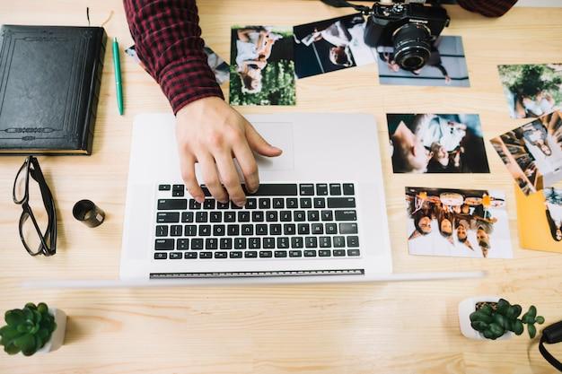 Hoogste meningsfotograaf die laptop met behulp van