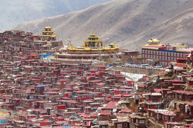 Hoogste meningsklooster bij larung-gar (boeddhistische academie), sichuan, china