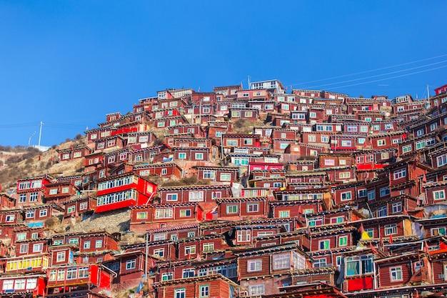 Hoogste meningsklooster in larung-gar (boeddhistische academie) in zonneschijndag
