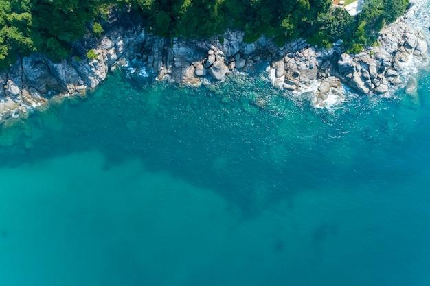 Hoogste meningslandschap van mooie tropische overzees in de zomer