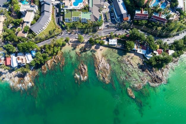 Hoogste meningslandschap van mooie tropische overzees in zomerbeeld door luchtmeningshommel