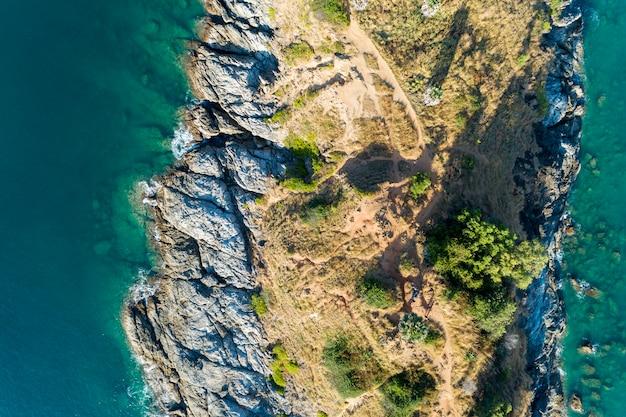 Hoogste meningslandschap van mooie tropische overzees met overzeese kust