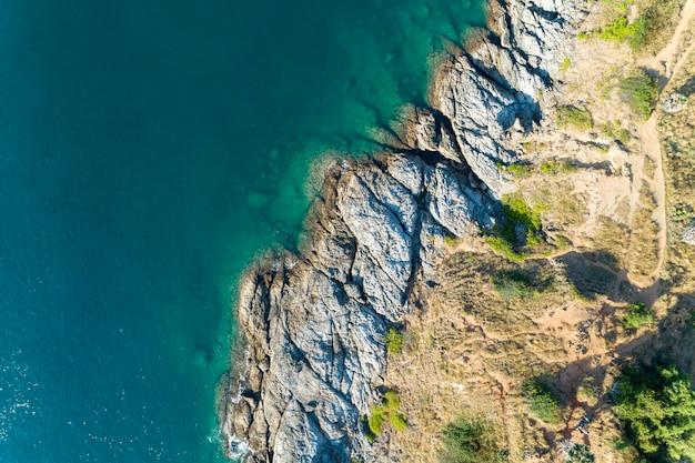 Hoogste meningslandschap van mooie tropische overzees met overzeese kustmening in zomer