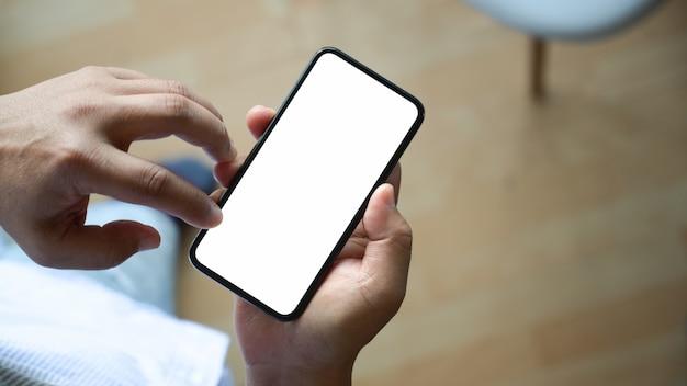 Hoogste meningsmens die en lege het schermspot op mobiele telefoon zitten houden