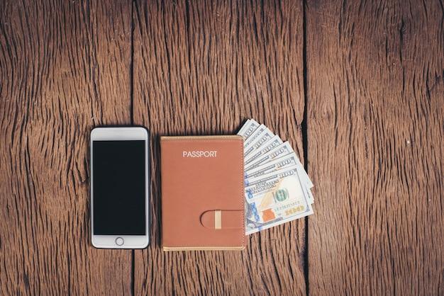 Hoogste meningspaspoort met geld op houten achtergrond, toerismeconcept