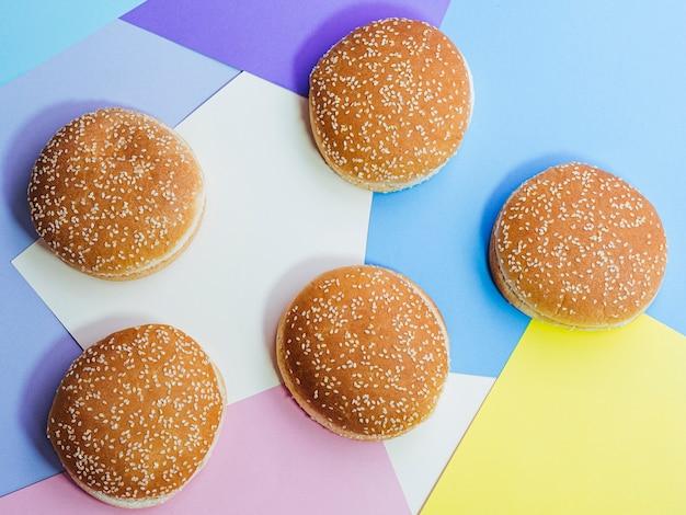 Hoogste meningsreeks smakelijke broodjes op kleurrijke achtergrond